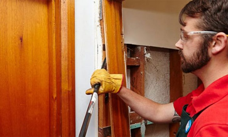 Dismantling of interior doors with their hands