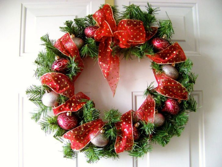 Christmas wreath on the door 728x546 - Make a New Year Wreath on a Door with your own hands