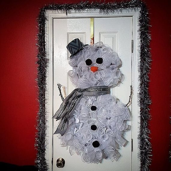 Decorating doors for Christmas – the Door in the form of a snowman.