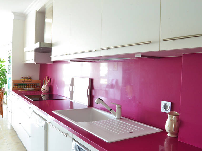 High-Tech kitchen - bright crimson splashback