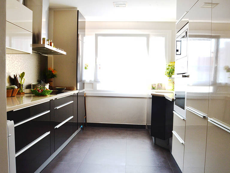 Kitchen High-Tech Style Ideas - Golden shades make any high-tech interior magnificent