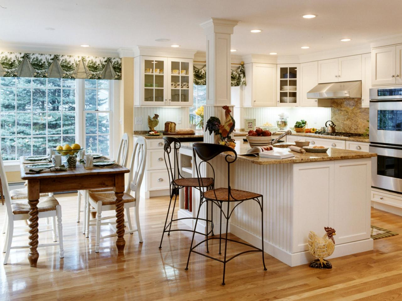 Kitchen design images – Kitchen in country style with wooden floors, wooden table, kitchen island table and bar stools
