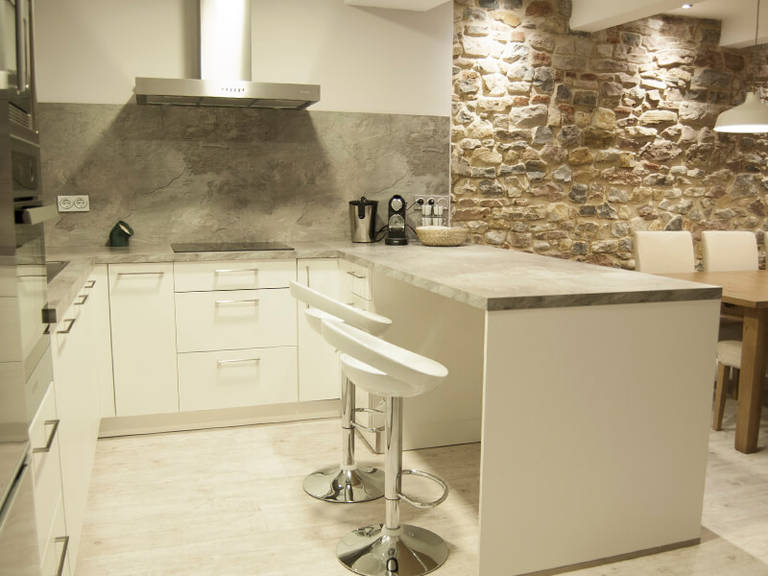 White bar stools and white cabinets – Kitchen High-tech Style